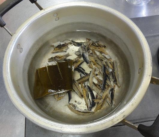 煮干と出し昆布でとるダシ