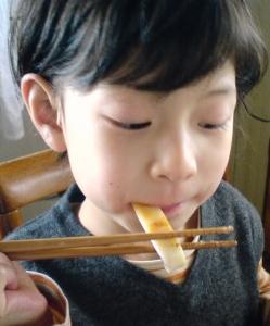 塩干するめを食べる子