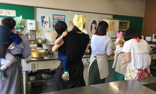 赤ちゃんを抱っこ、おんぶしながらの料理教室
