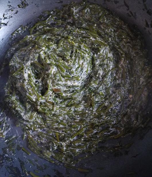 じばさ(銀葉草)を油で炒める