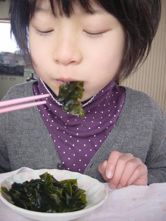 佐渡わかめを食べる娘